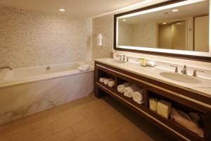 A bathroom at DoubleTree by Hilton Pittsburgh-Green Tree