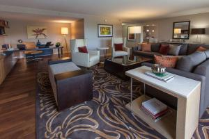 A seating area at DoubleTree by Hilton Pittsburgh-Green Tree