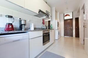 A kitchen or kitchenette at LV Premier Apartments Clerigos-RE2