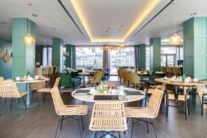 A restaurant or other place to eat at Vincci Maritimo