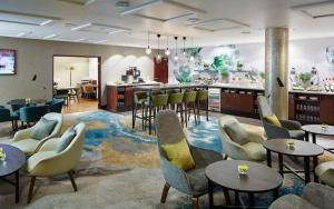 The lounge or bar area at Leicester Marriott Hotel