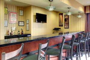 The lounge or bar area at Cobblestone Hotel - Wayne