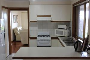 A kitchen or kitchenette at Australian Home Away @ Doncaster Anderson Creek 2
