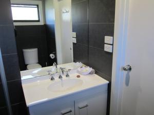 A bathroom at Snowgum Motel