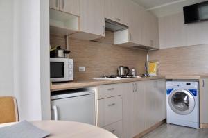Кухня или мини-кухня в DailyRent Moskovsky