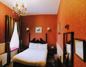 A bed or beds in a room at Atlantic Hotel