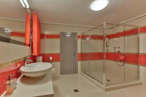 A bathroom at Centaur Villa