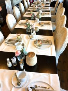 A restaurant or other place to eat at Charmehotel Villa Saporis
