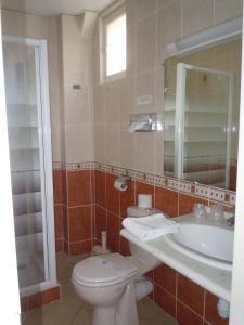 Salle de bains dans l'établissement The Originals City, Hôtel Le Bellevue, Montrichard (Inter-Hotel)