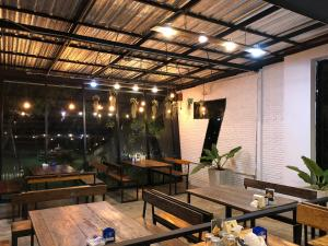 A restaurant or other place to eat at บ้านเลขที่7