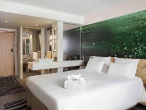 Кровать или кровати в номере Novotel Paris Charles de Gaulle Airport