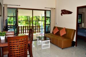 A seating area at Kate House Bangsaphan