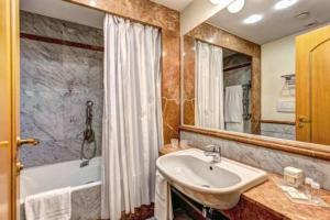 A bathroom at Hotel Londra & Cargill