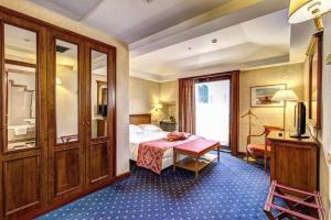 A bed or beds in a room at Hotel Londra & Cargill