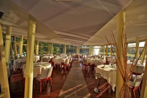 Restaurant ou autre lieu de restauration dans l'établissement Logis des Lacs d'Halco