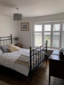A bed or beds in a room at Marine Cottage
