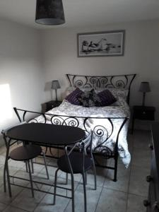 A bed or beds in a room at Foxholes Accommodation