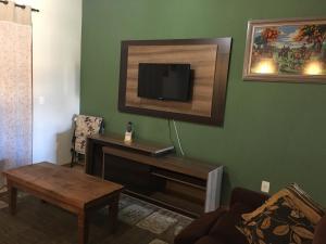 Uma TV ou centro de entretenimento em Apartamento Altreider