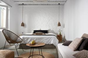 Ένα ή περισσότερα κρεβάτια σε δωμάτιο στο Delmar Apartments & Suites Milos