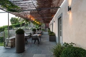 A restaurant or other place to eat at Relais San Vigilio al Castello
