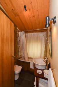 A bathroom at Quinta De Abol De Baixo