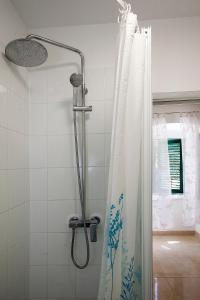 A bathroom at King's Garden Studio