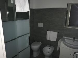 A bathroom at Peonia Rooms