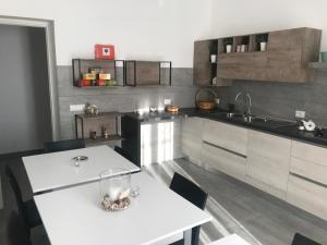 A kitchen or kitchenette at Peonia Rooms
