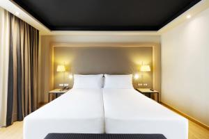 A bed or beds in a room at Hotel Jazz