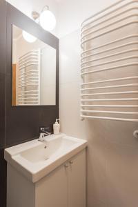 A bathroom at Nobel Suites