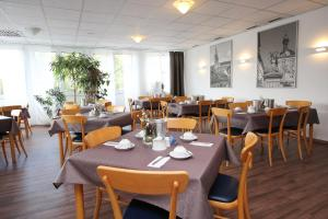 A restaurant or other place to eat at Hotel Berliner Ring