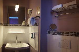 A bathroom at Brit Hotel Le Surcouf