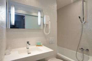 A bathroom at Hotel Ile de France Opéra