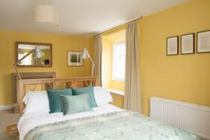 A bed or beds in a room at The Crown Aldbourne