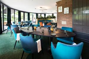 A restaurant or other place to eat at Auberge Du Bonheur