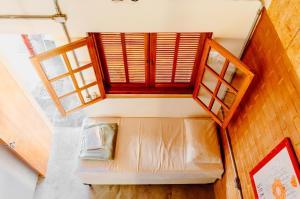 A seating area at Ô de Casa Hostel