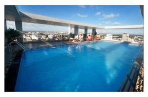 Der Swimmingpool an oder in der Nähe von Romance Hotel