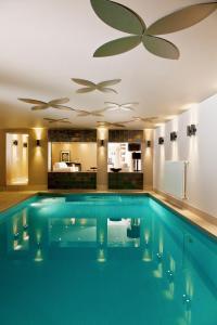 Der Swimmingpool an oder in der Nähe von Hotel zum Taufstein