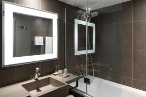 A bathroom at Novotel Brussels Airport
