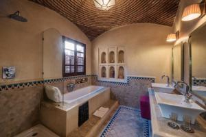 A bathroom at Dar Zemora