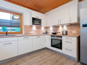 A kitchen or kitchenette at Chalet Barney XL
