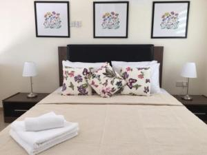 A bed or beds in a room at Marina Cristal Bay Apartment