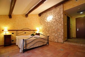 A bed or beds in a room at Hotel L'Aquila