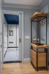 A bathroom at Merrion Row Hotel and Public House