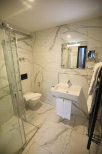 A bathroom at Sleep Inn Düsseldorf