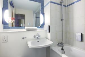 A bathroom at Campanile Hotel Cardiff