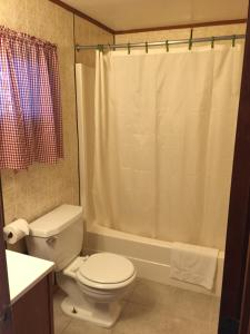 A bathroom at Elmwood Motor Lodge
