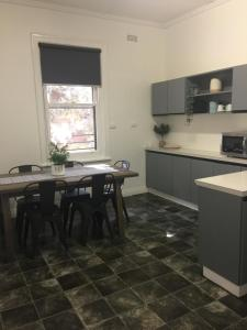 A kitchen or kitchenette at Caledonian Hotel Motel