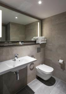 A bathroom at Maldron Hotel Kevin Street