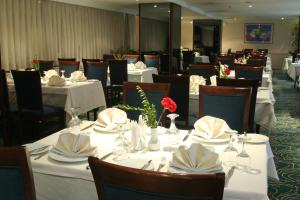 A restaurant or other place to eat at Surmeli Adana Hotel